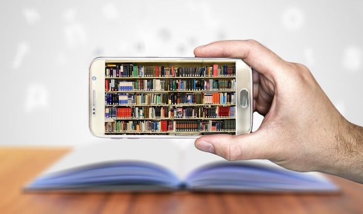 Mobiltelefon med billede af bogreol
